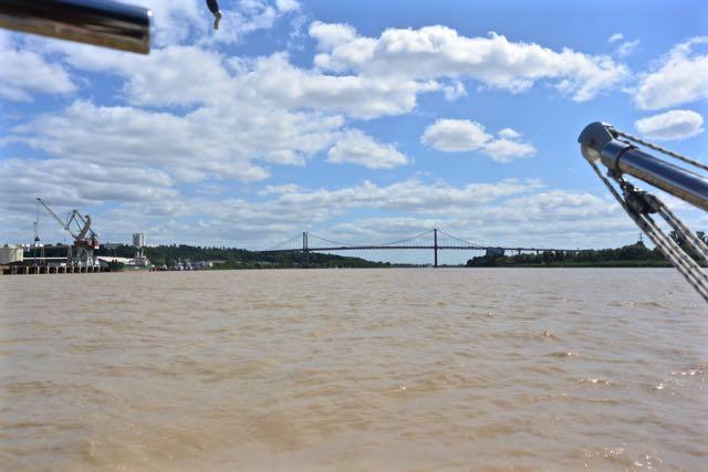 De brug verdwijnt in de verte