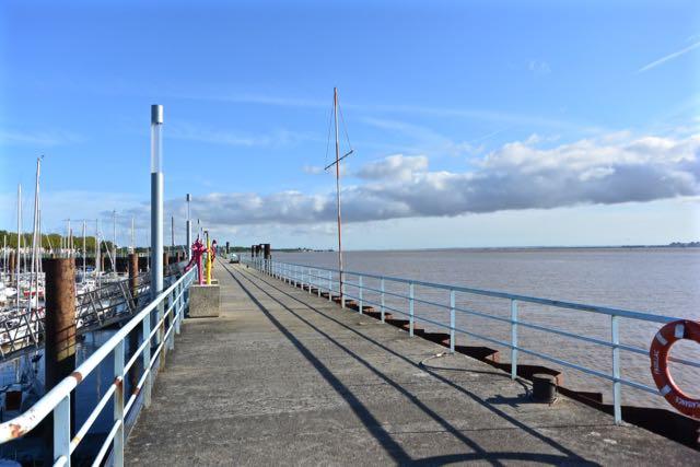 De lange havenpier (naar het noorden, waar wij naartoe gaan, gezien)