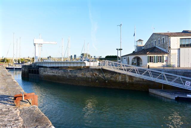Dit is de toegang tot de haven voor degenen die willen blijven drijven bij laagwater