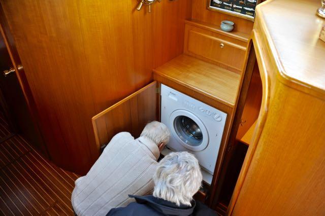De wasmachine/droger (Ingeborg blij, man!)