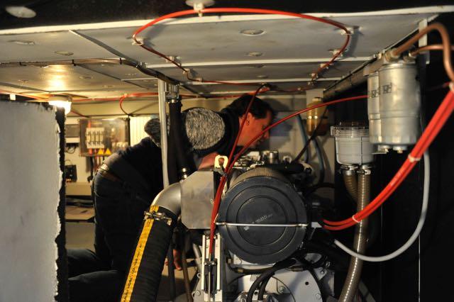 Marijn inspecteert zijn motor