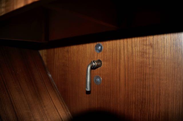 De hoofdschakelaar onder het bed