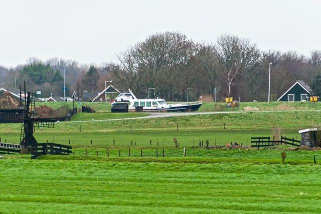 Hier schuiven wij door het groene Hollandse landschap